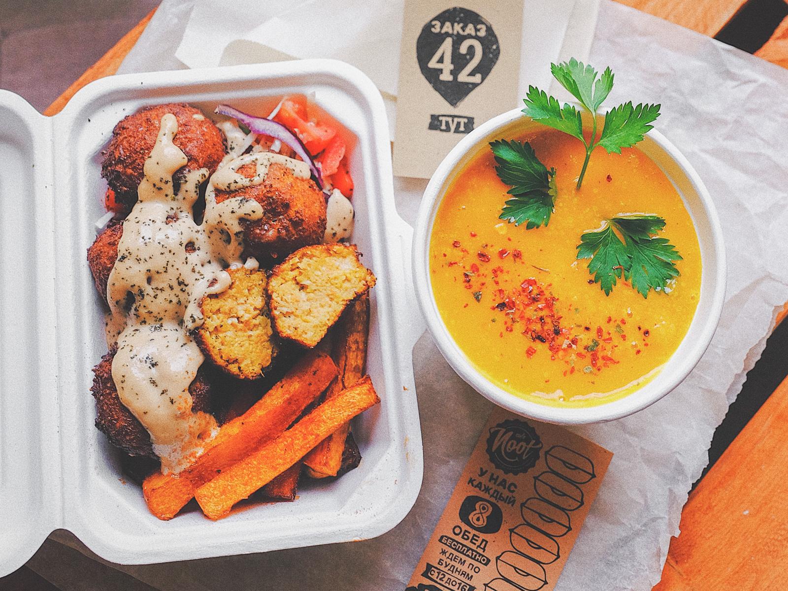 Обед с оранжевым фалафелем и тыквенными палочками