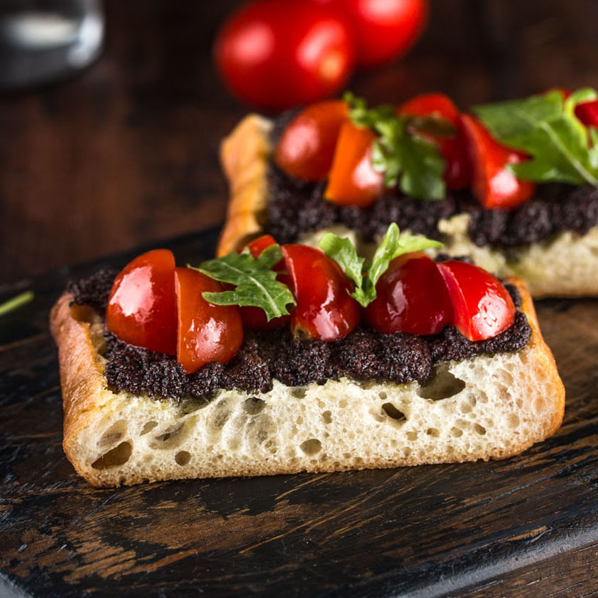 Брускетта с пастой из маслин