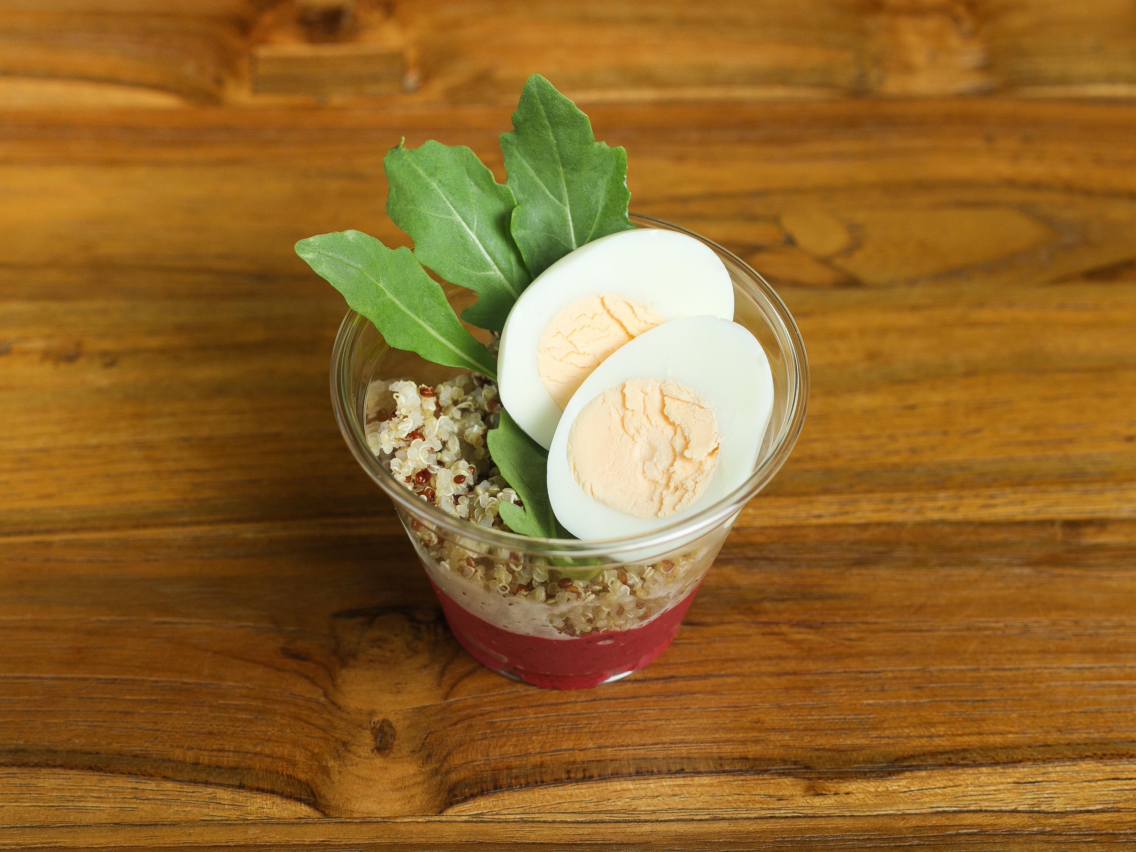 Свекольный хумус с киноа и яйцом