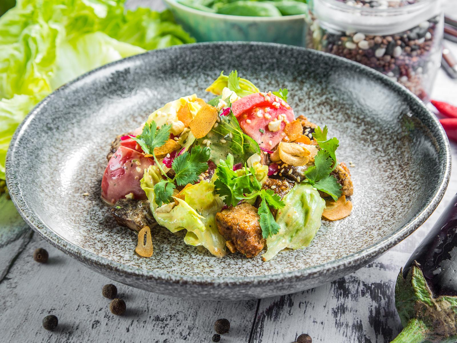Теплый салат с говядиной и баклажанами