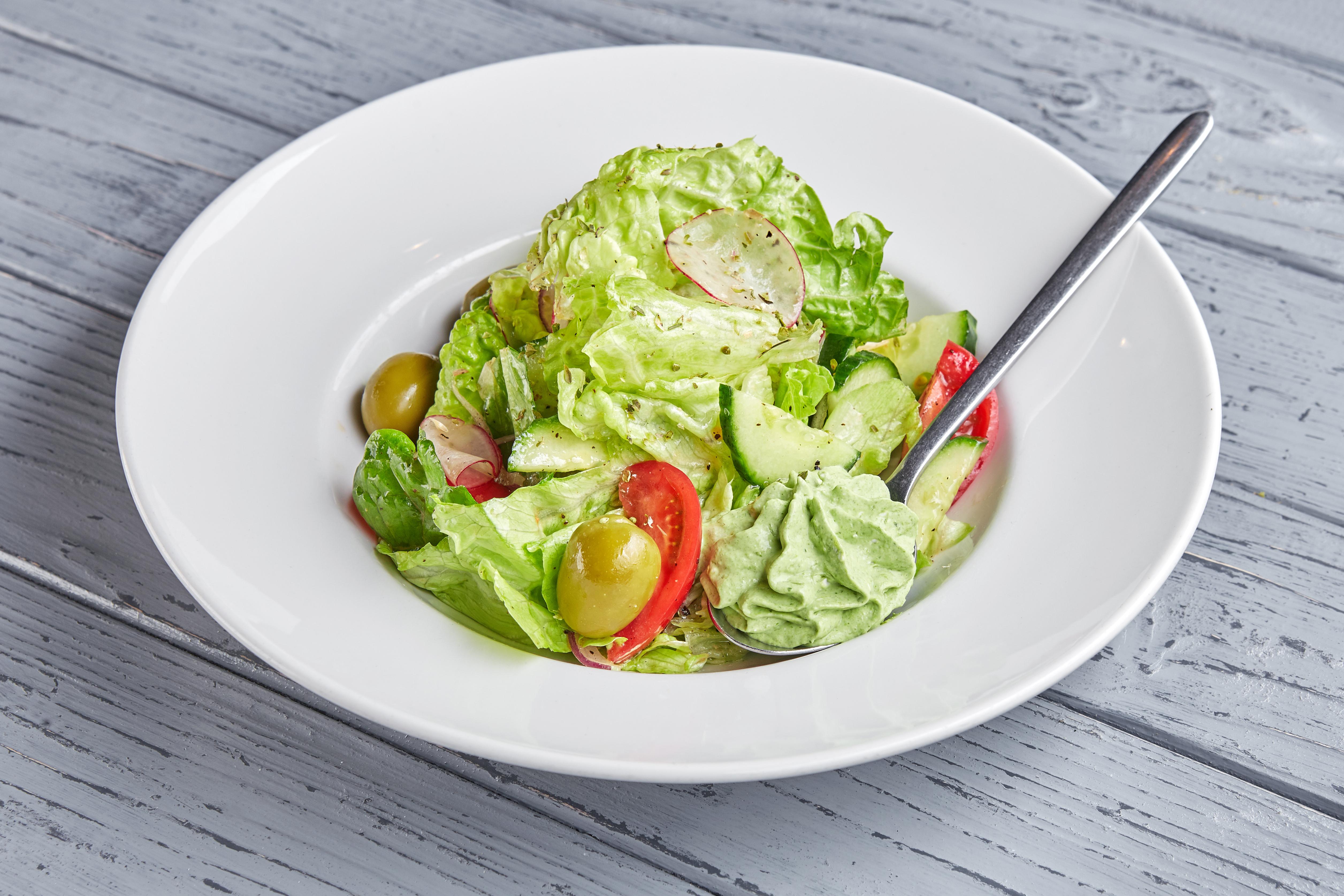 Салат из фермерских овощей с базиликовой брынзой