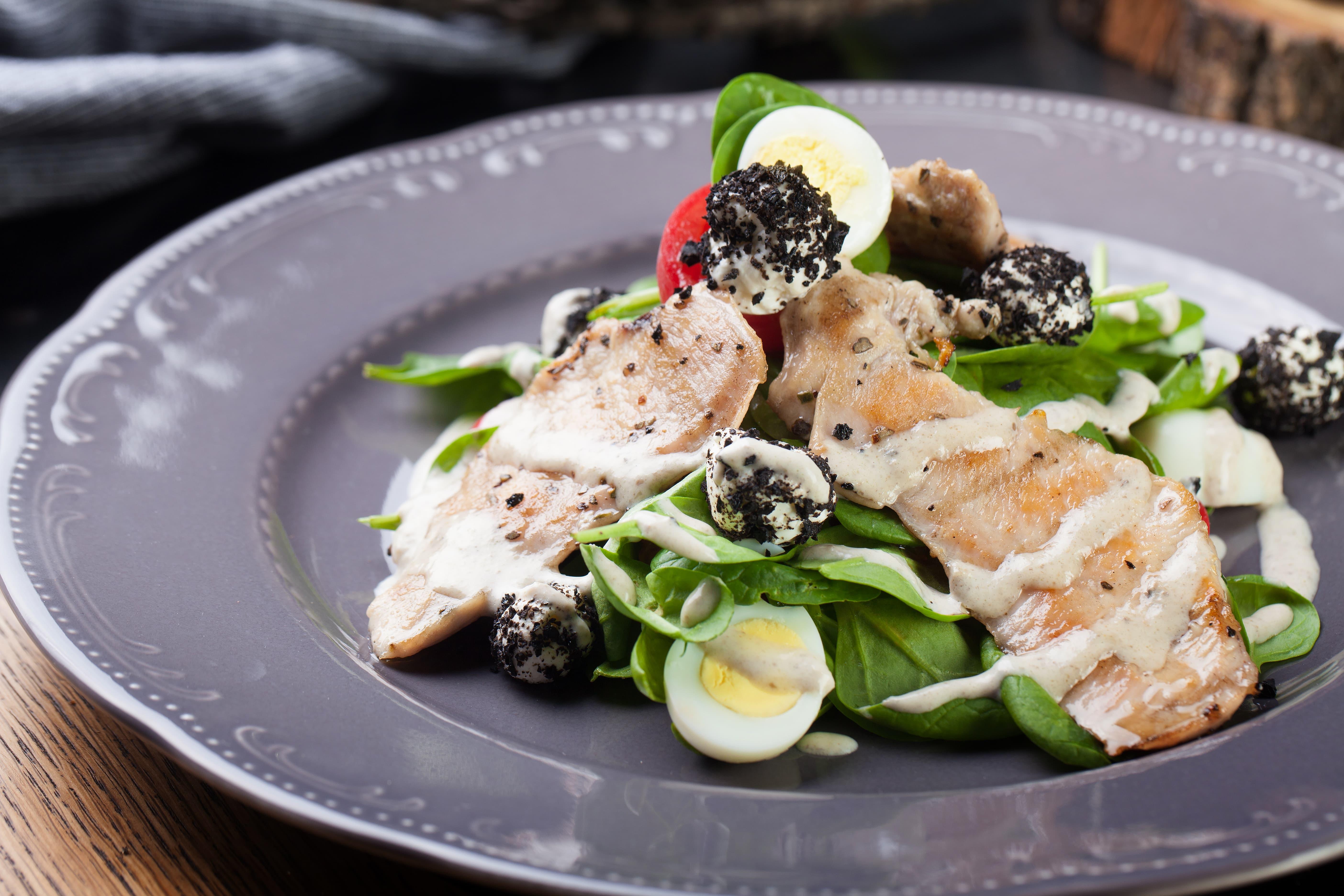 Салат с курицей, шпинатом и брынзой
