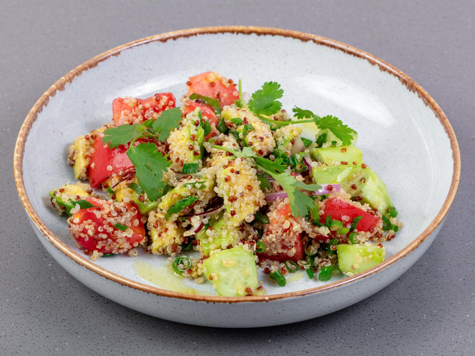Салат из томатов, огурцов, авокадо и киноа