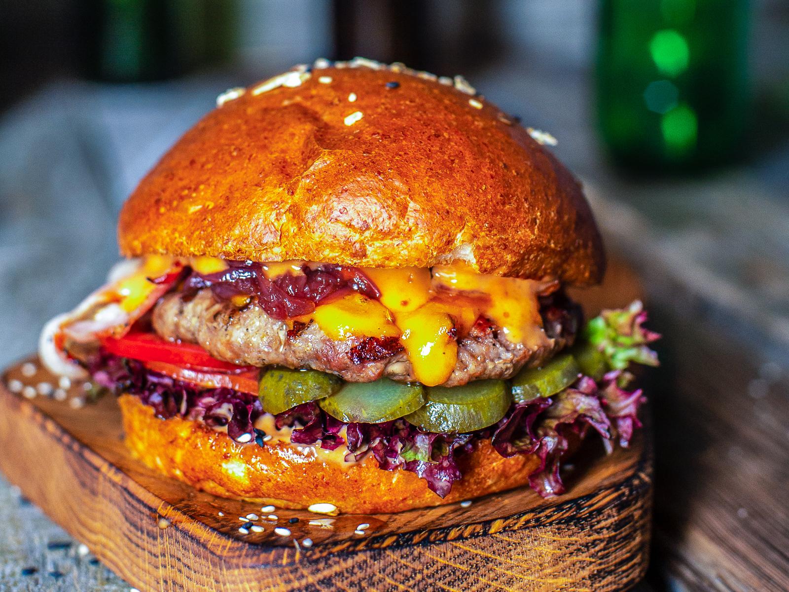 Бургер с карамельным луком и беконом