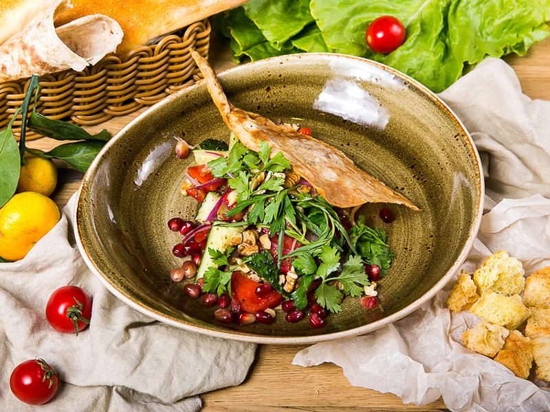 Салат по-грузински из свежих овощей с орехами