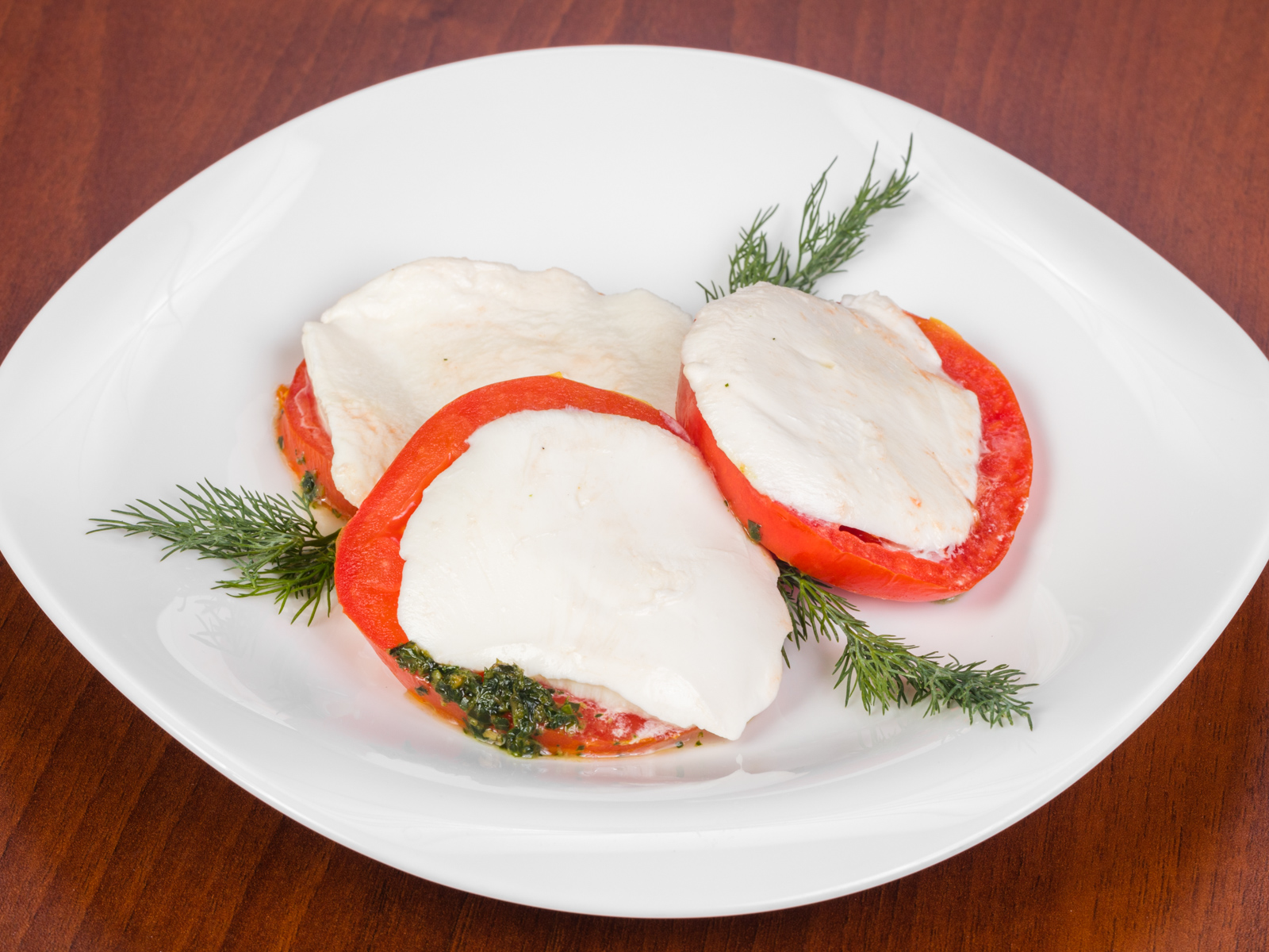 Салат с моцареллой, томатами и соусом песто