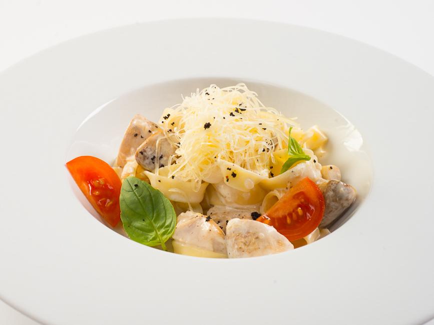 Феттуччине с курицей и грибами в сливочном соусе