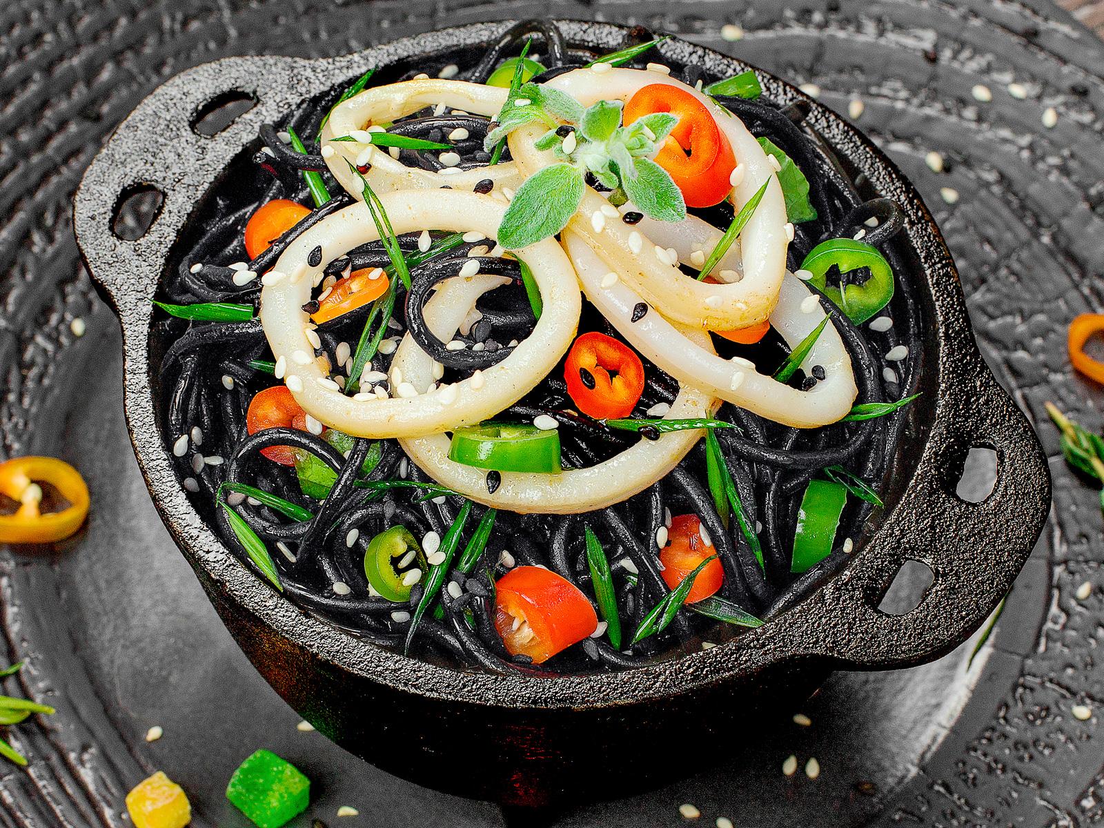 Лапша чёрная с кальмарами и устричным соусом