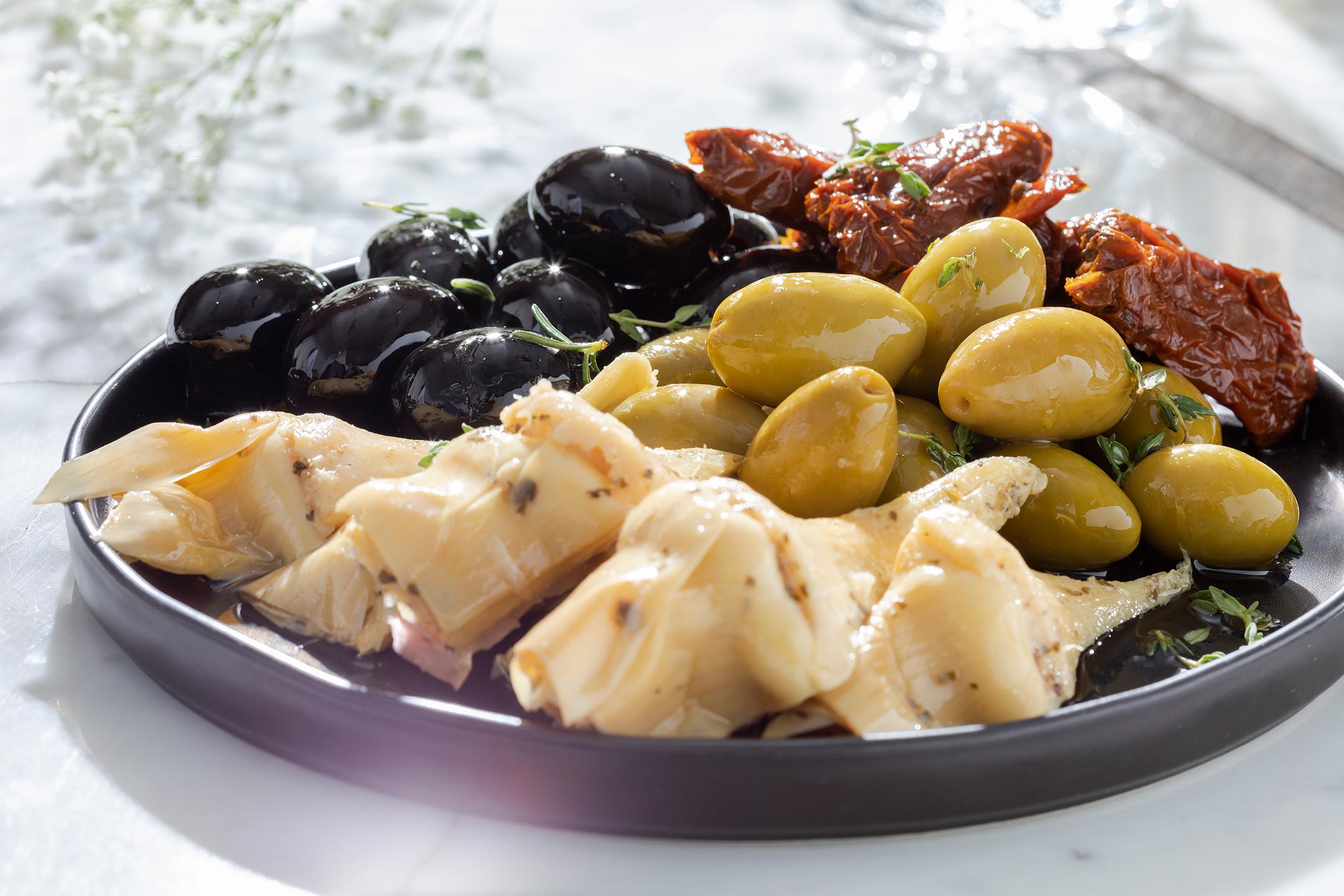 Ассорти из маслин, оливок, артишоков, томатов
