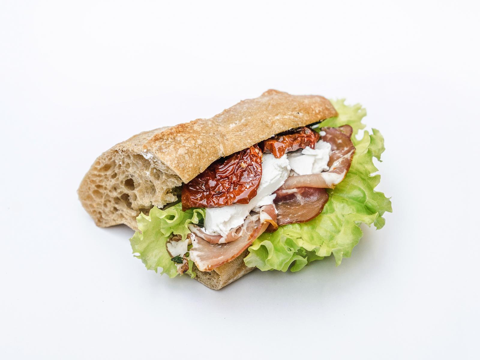 Сэндвич с пармой и сыром фета