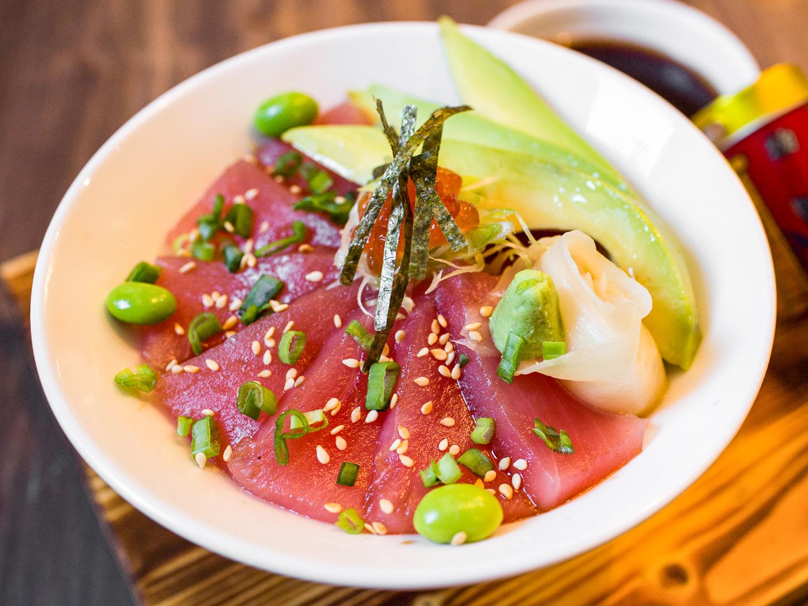 Свежий тунец с авокадо и рисом