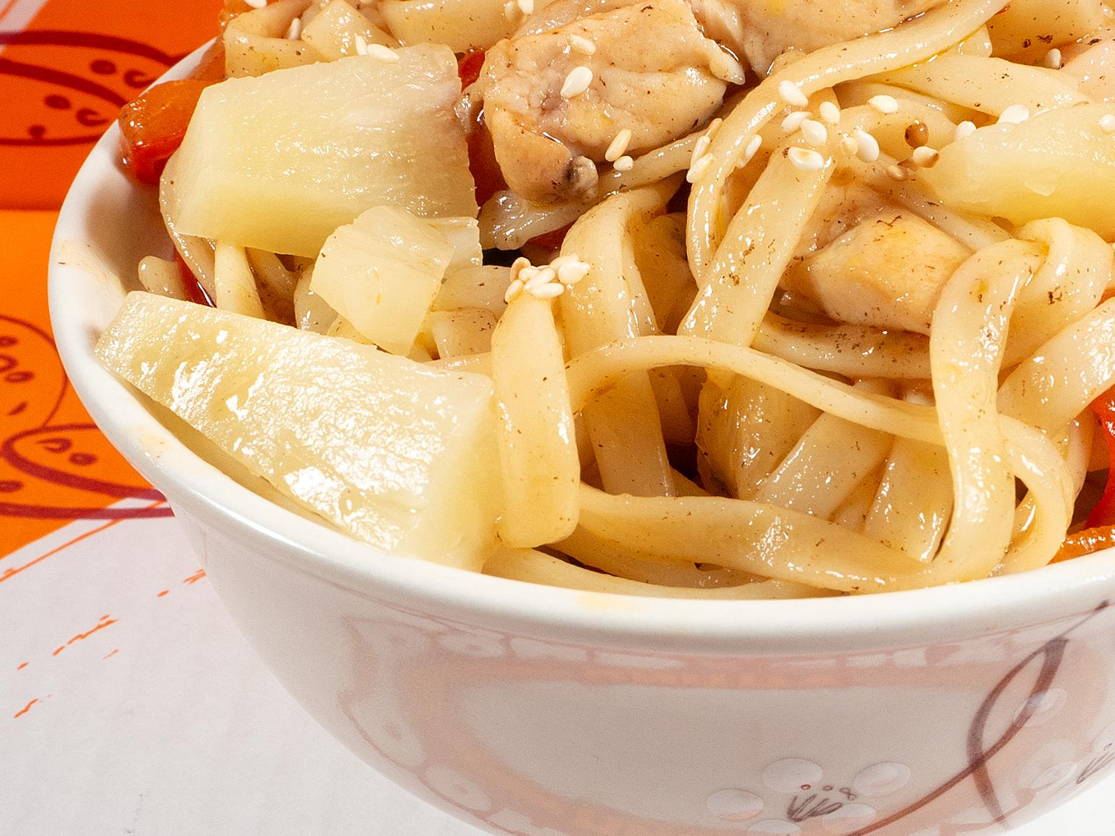 Пшеничная лапша с курицей и ананасом