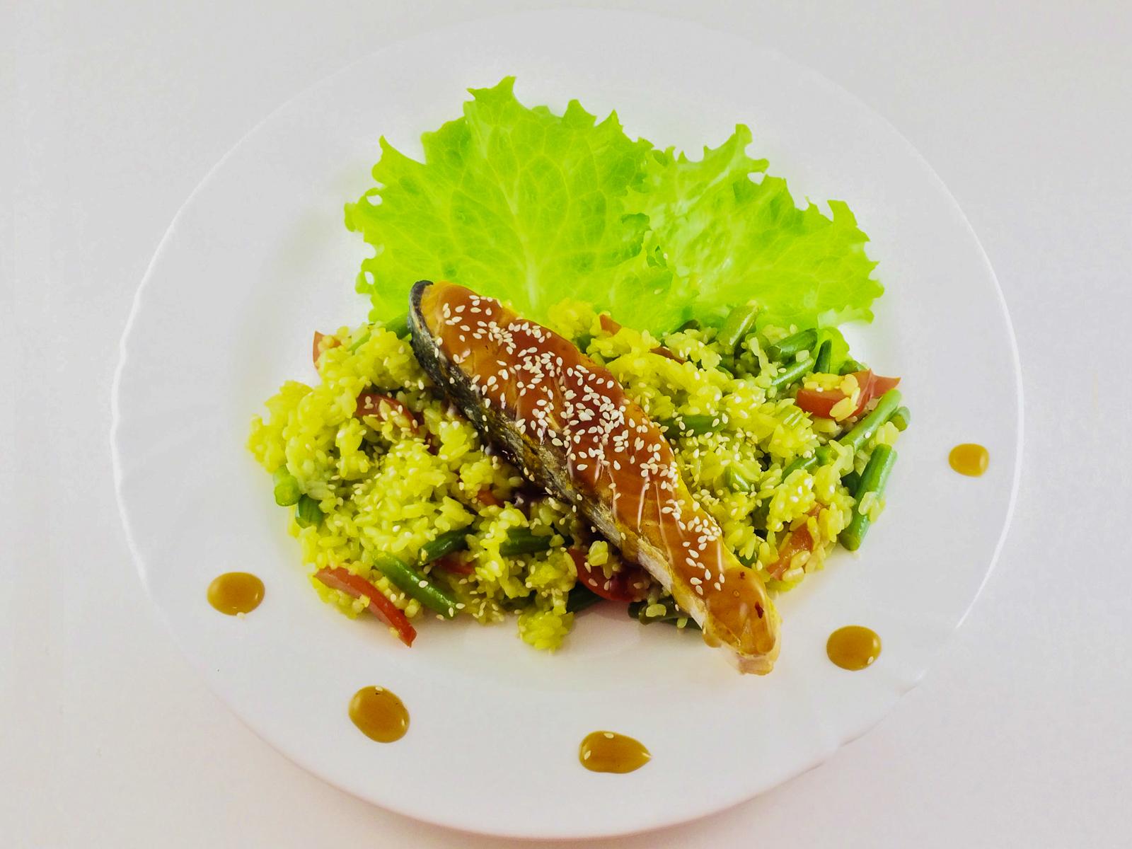 Стейк лосося с мpaмopным рисом
