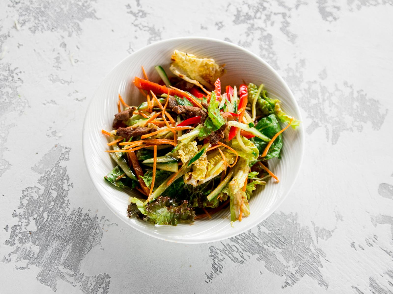 Паназиатский салат с жареной говядиной