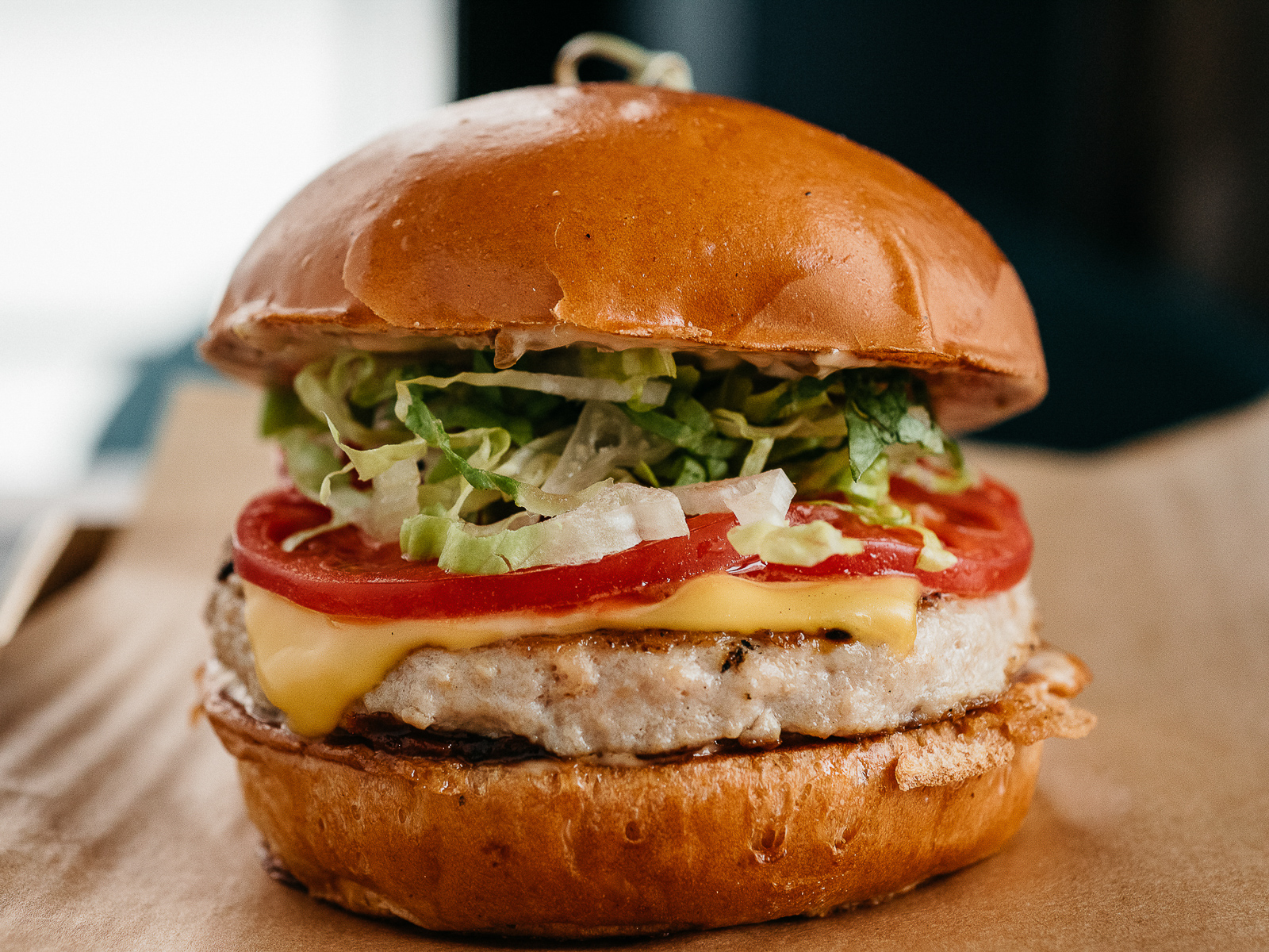 Бургер куриный с соусом халапеньо