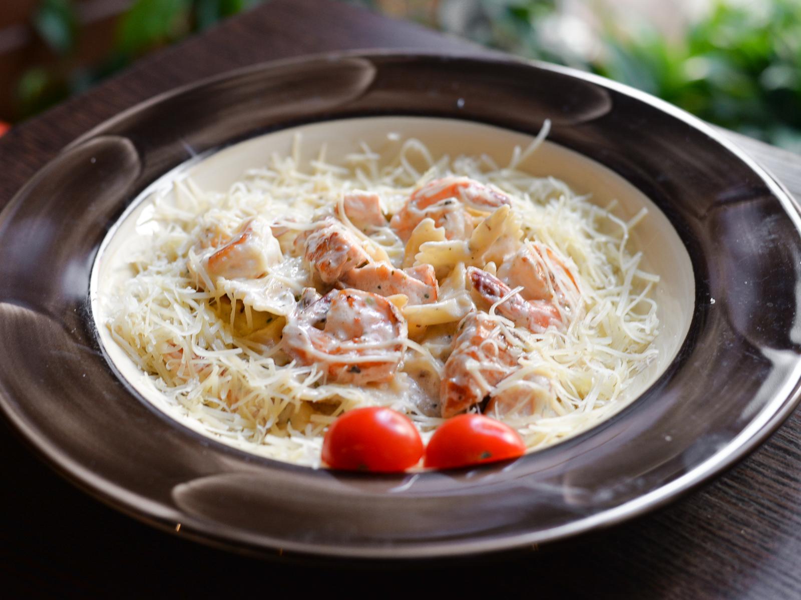 Паста Фарфалле с лососем и креветками