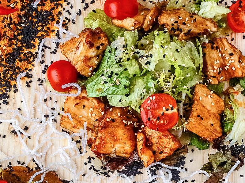 Салат с карамелизированной курицей
