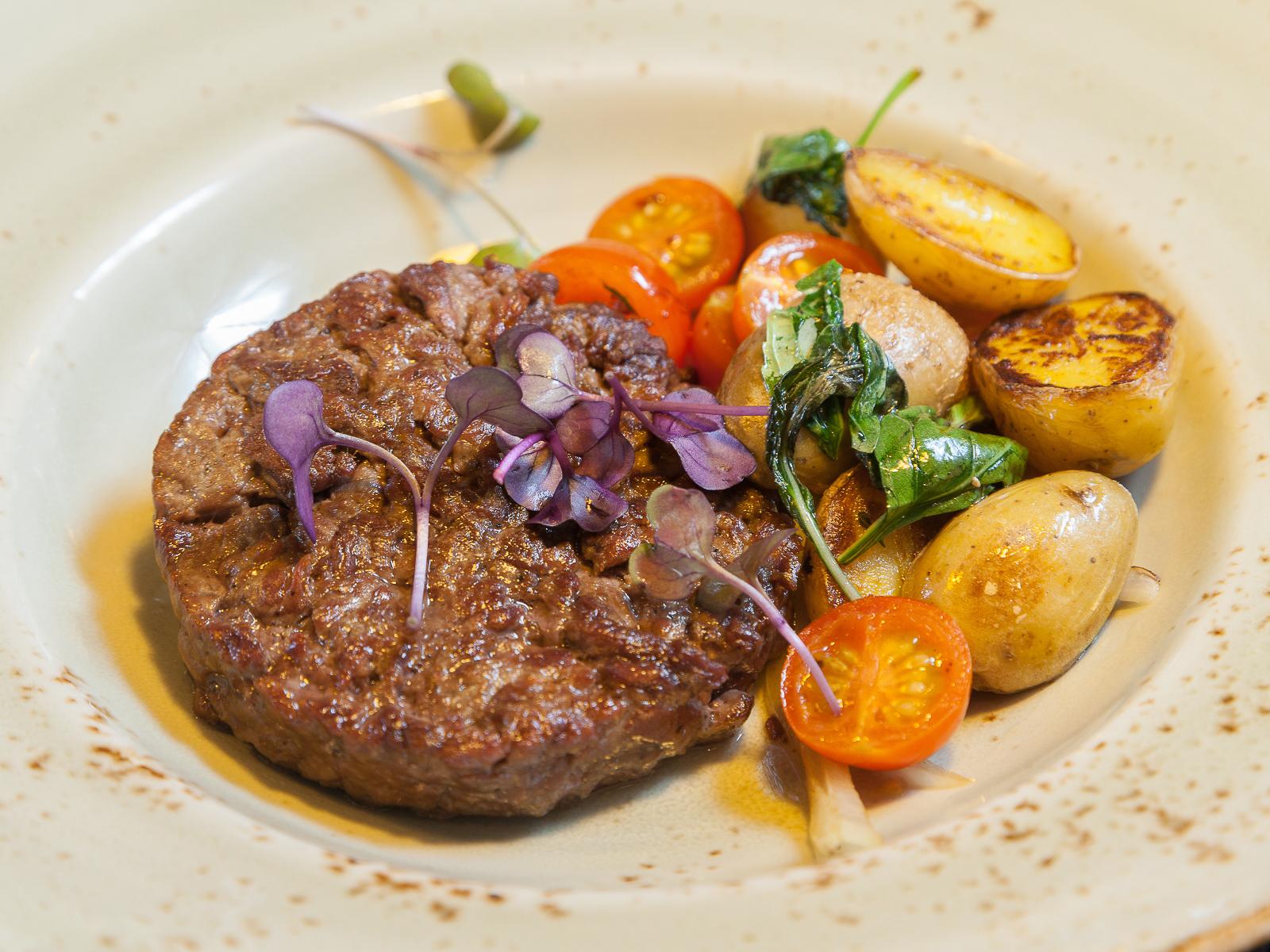 Бифштекс из говядины с овощами