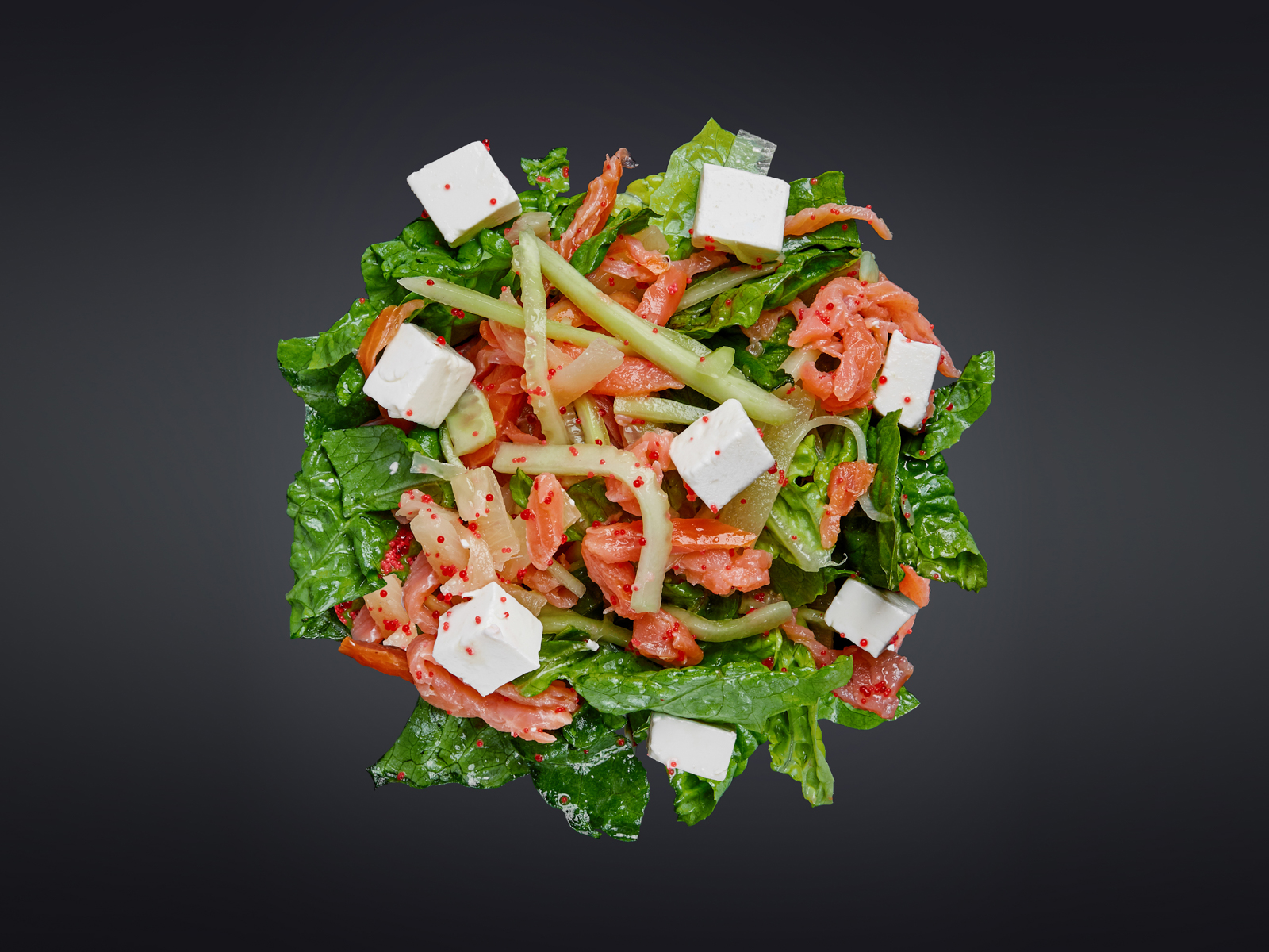 Салат с копченым лососем, фетой и ананасом