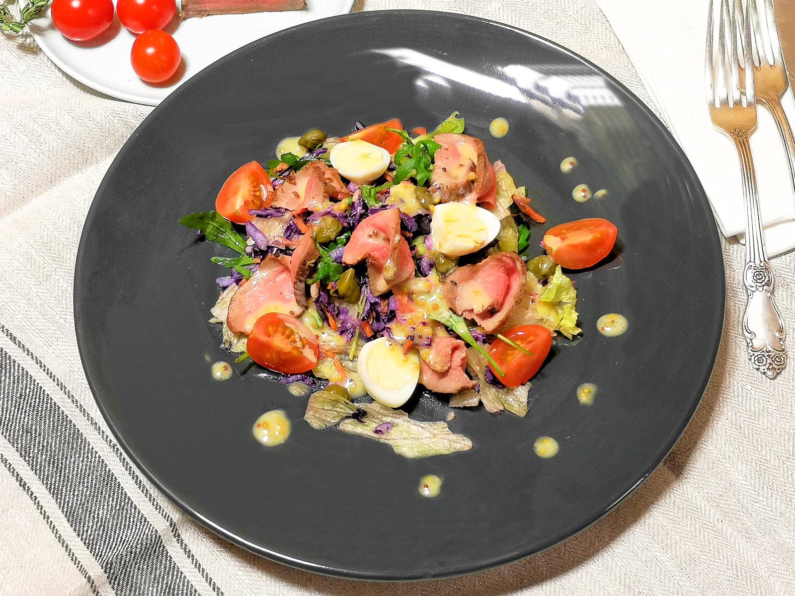 Лёгкий салат с ростбифом и медово-горчичной заправкой