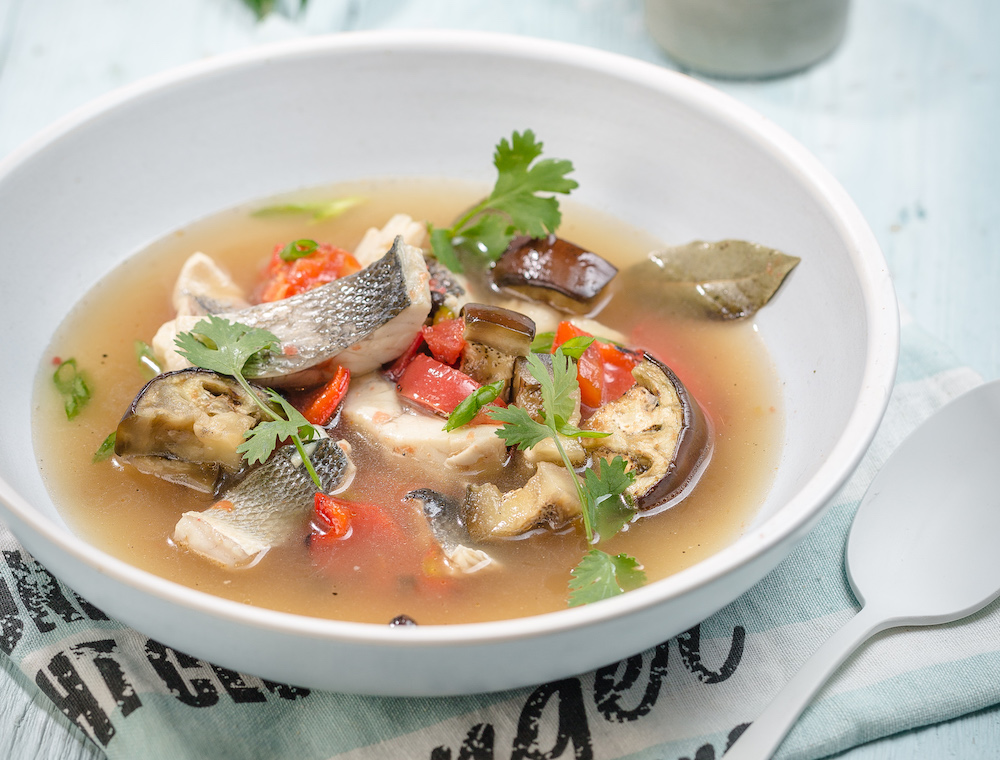 Азиатская уха с сибасом и печеными овощами