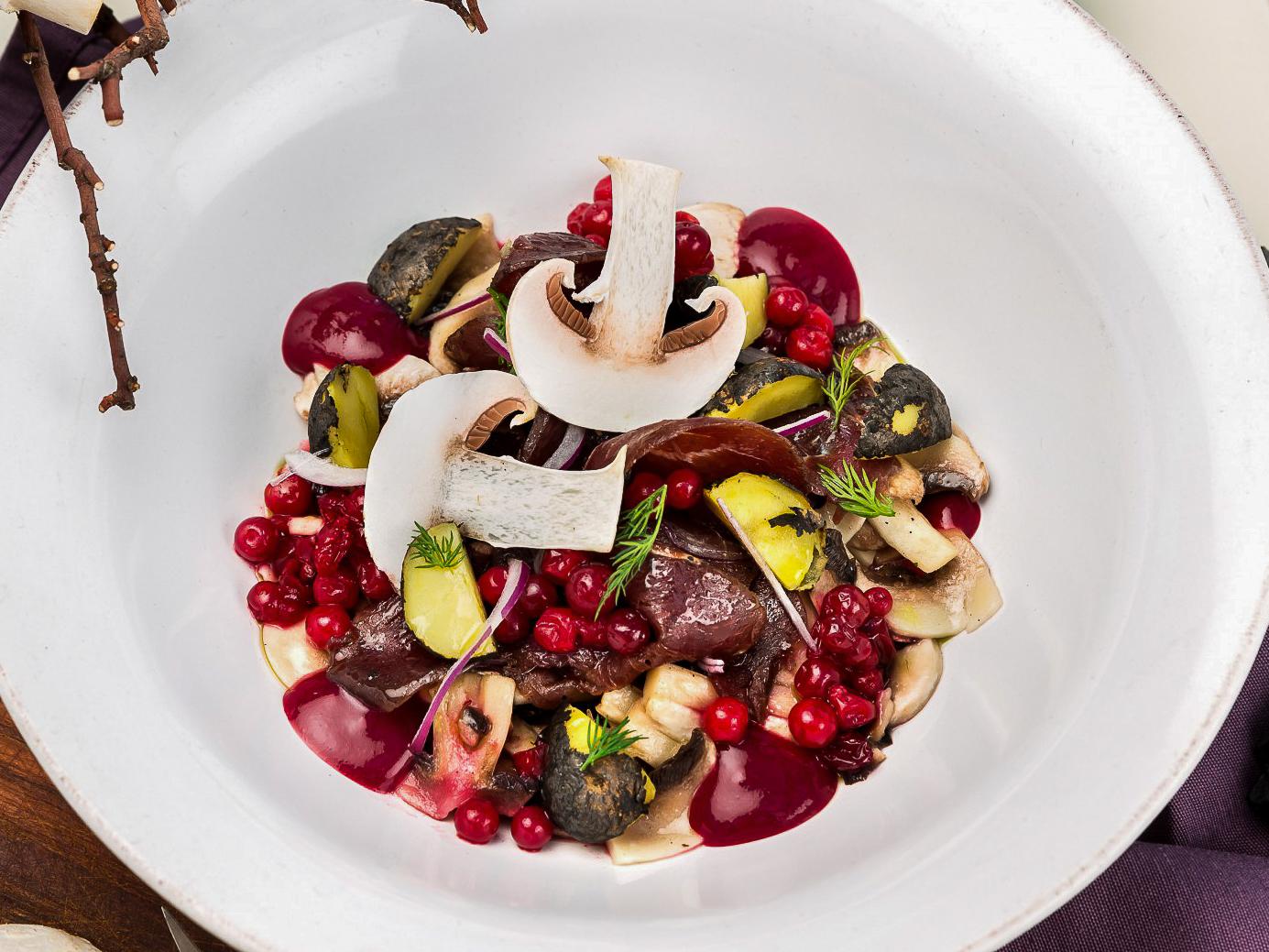 Салат с быстросольными грибами, копченой олениной и картофелем конфи