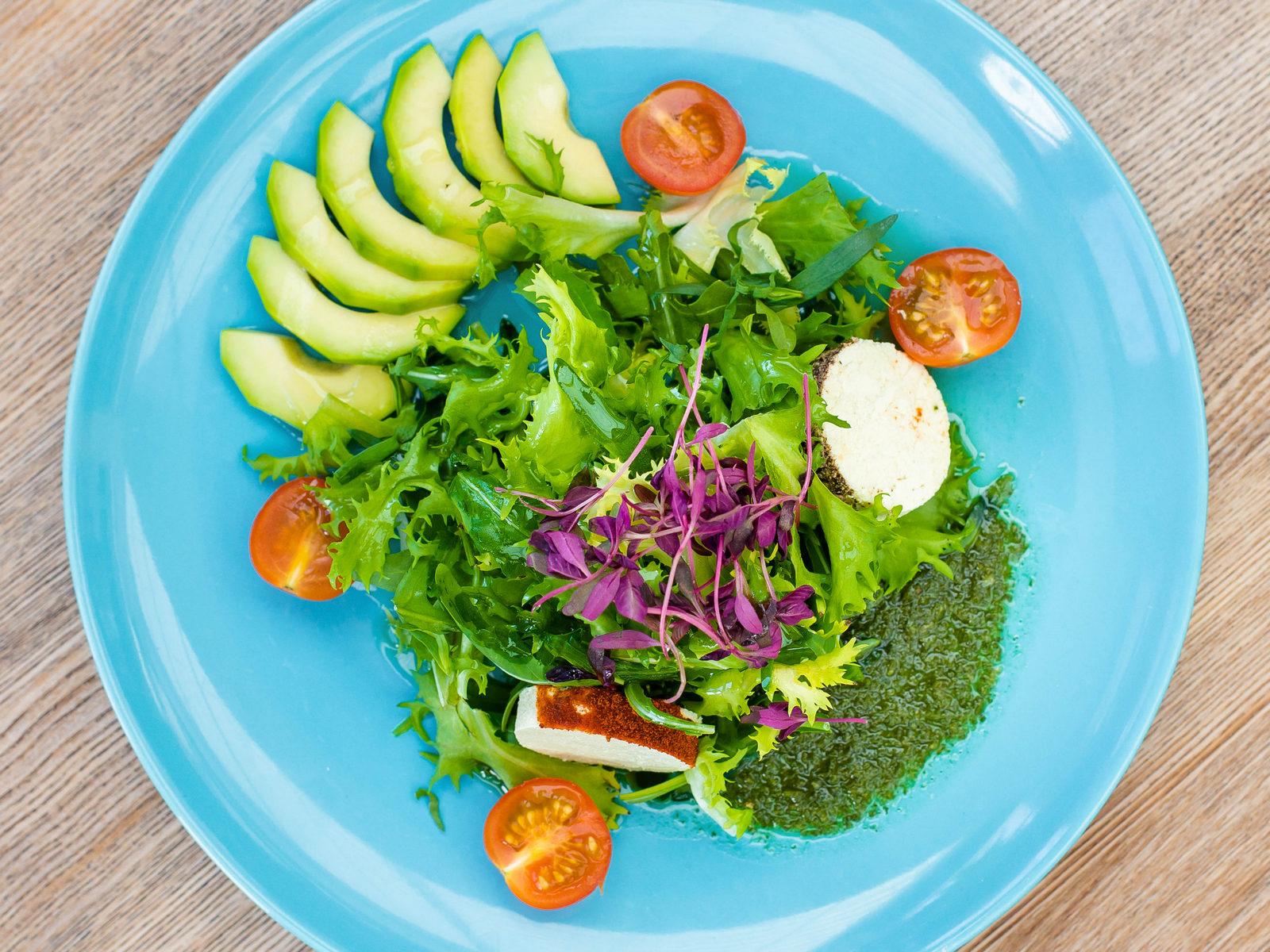 Зеленый салат из авокадо