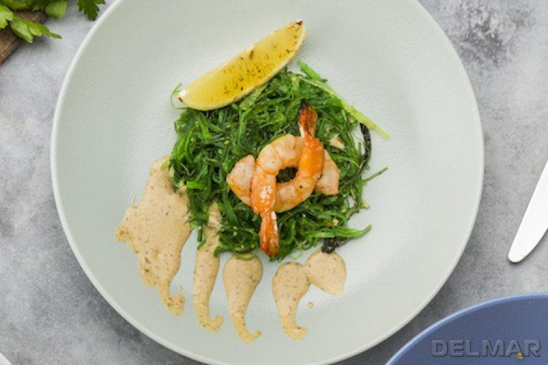 Чука салат с креветками и кунжутным соусом