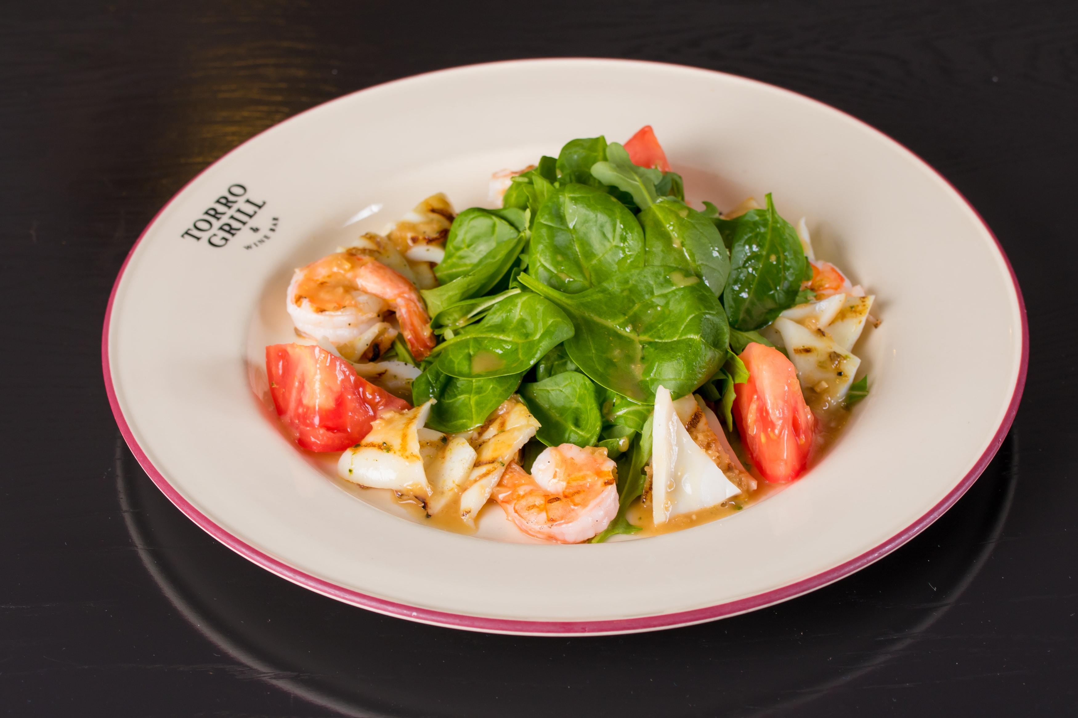 Жаренные на гриле креветки и кальмары с зеленым салатом