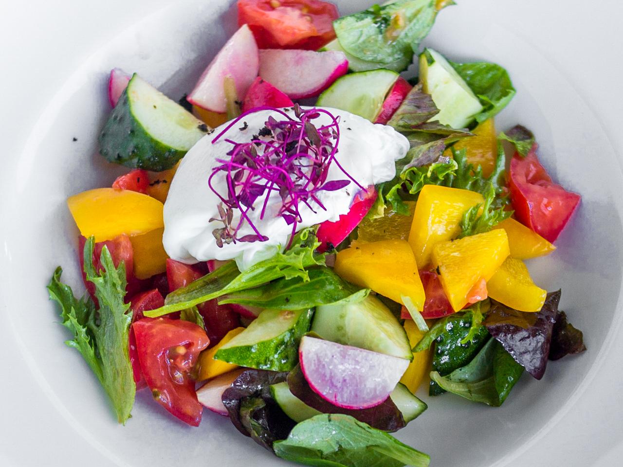 Салат со свежими овощами и яйцом пашот