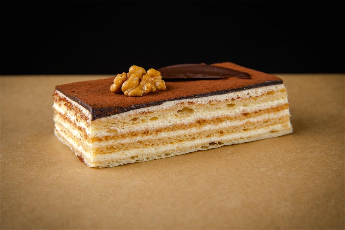 Медово-шоколадное пирожное