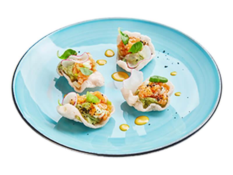 Тартар из лосося с гуакамоле на воздушных рисовых чипсах