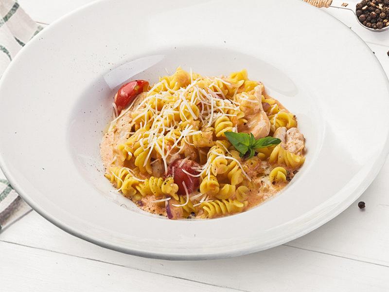 Фузили с курицей и овощами в сливочно-томатном соусе