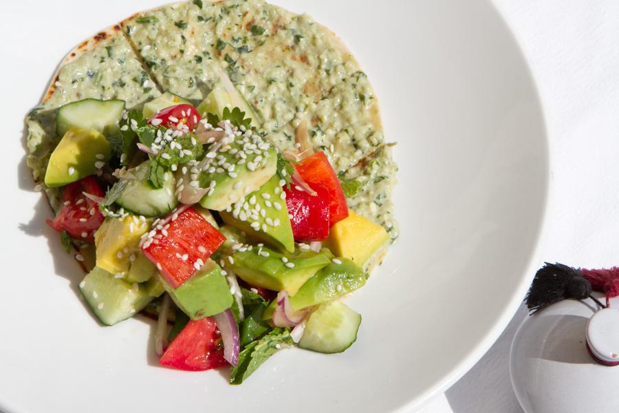 Овощной салат фатуш на тонкой лепешке