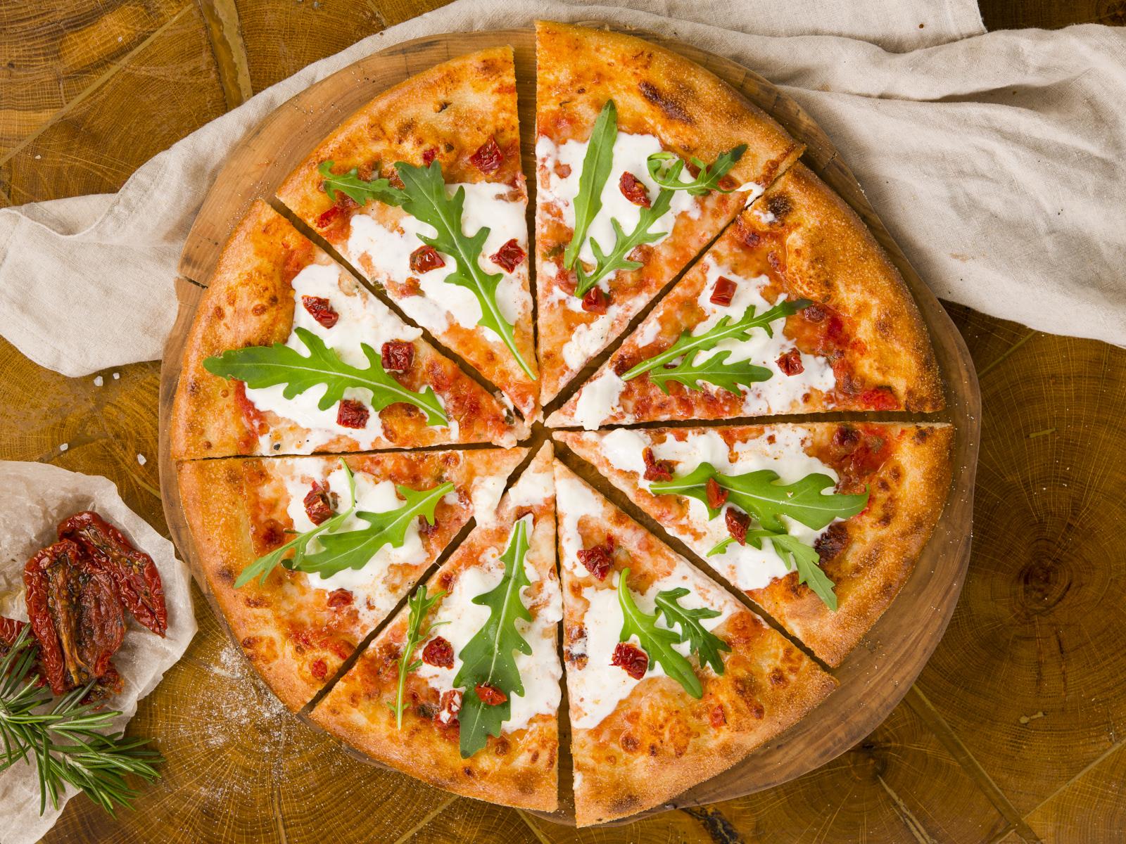 Пицца со страчателлой и вялеными томатами