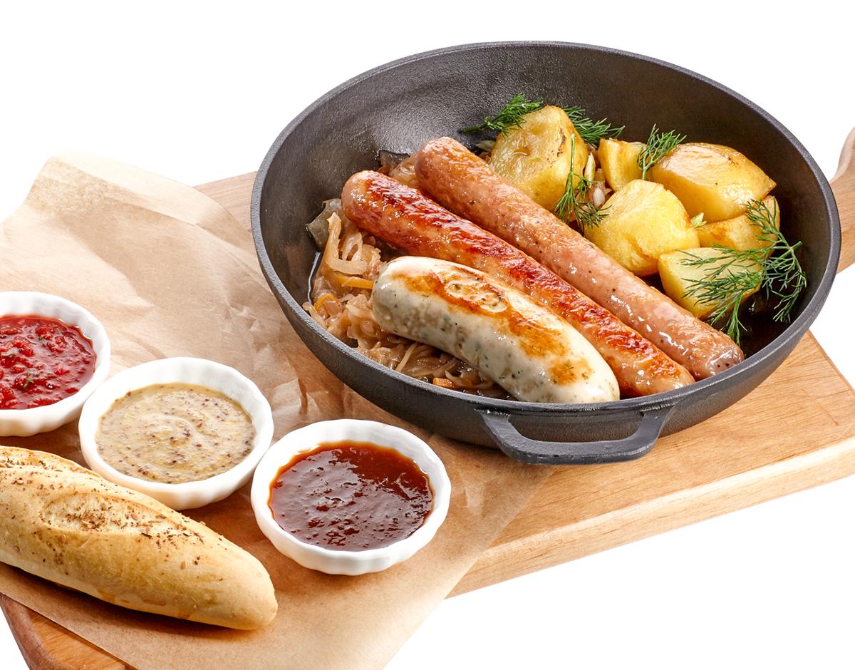 Жареные колбаски с картофелем и капустой