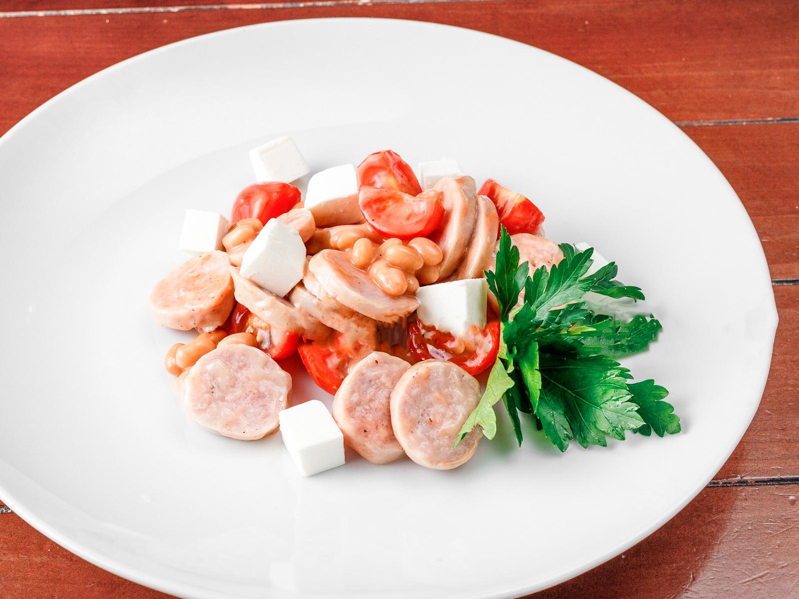 Салат из помидоров черри, мягкого сыра и свиных колбасок