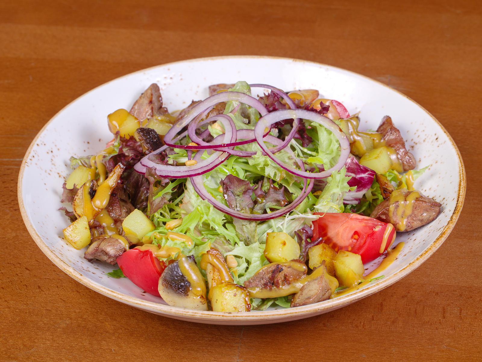 Салат с куриной печенью, карамелизированными яблоками и грибами