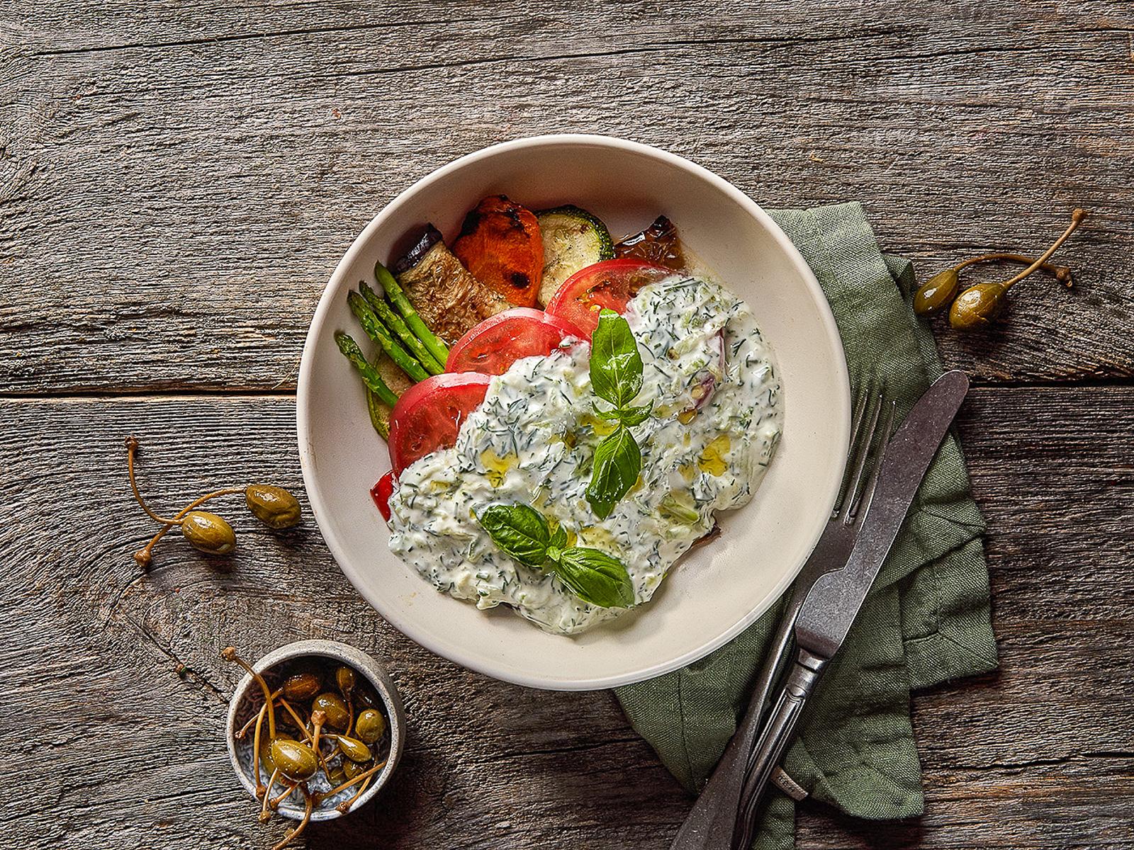 Салат из запеченных овощей с соусом