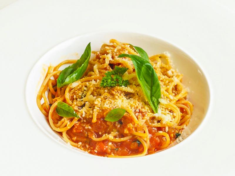 Спагетти с томатом и базиликом