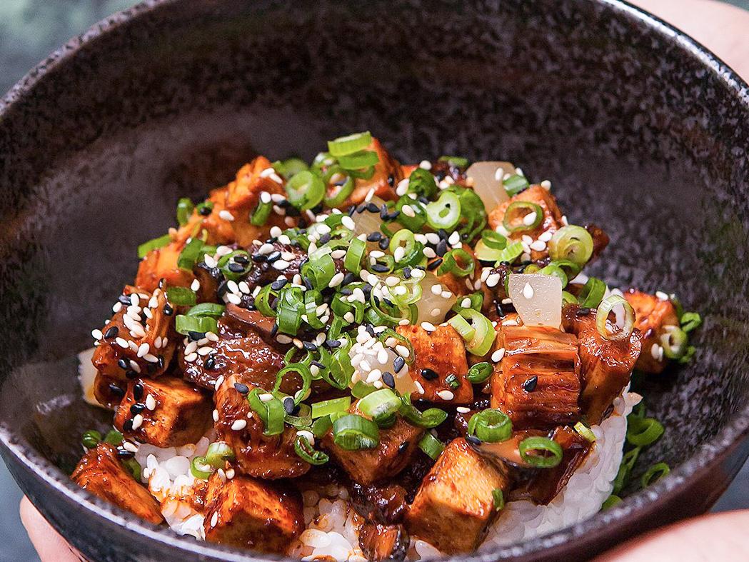 Жареный тофу с шиитаке, спаржей и рисом