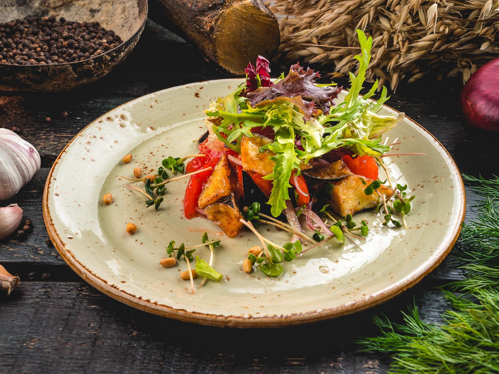 Пряный салат из жареных баклажанов
