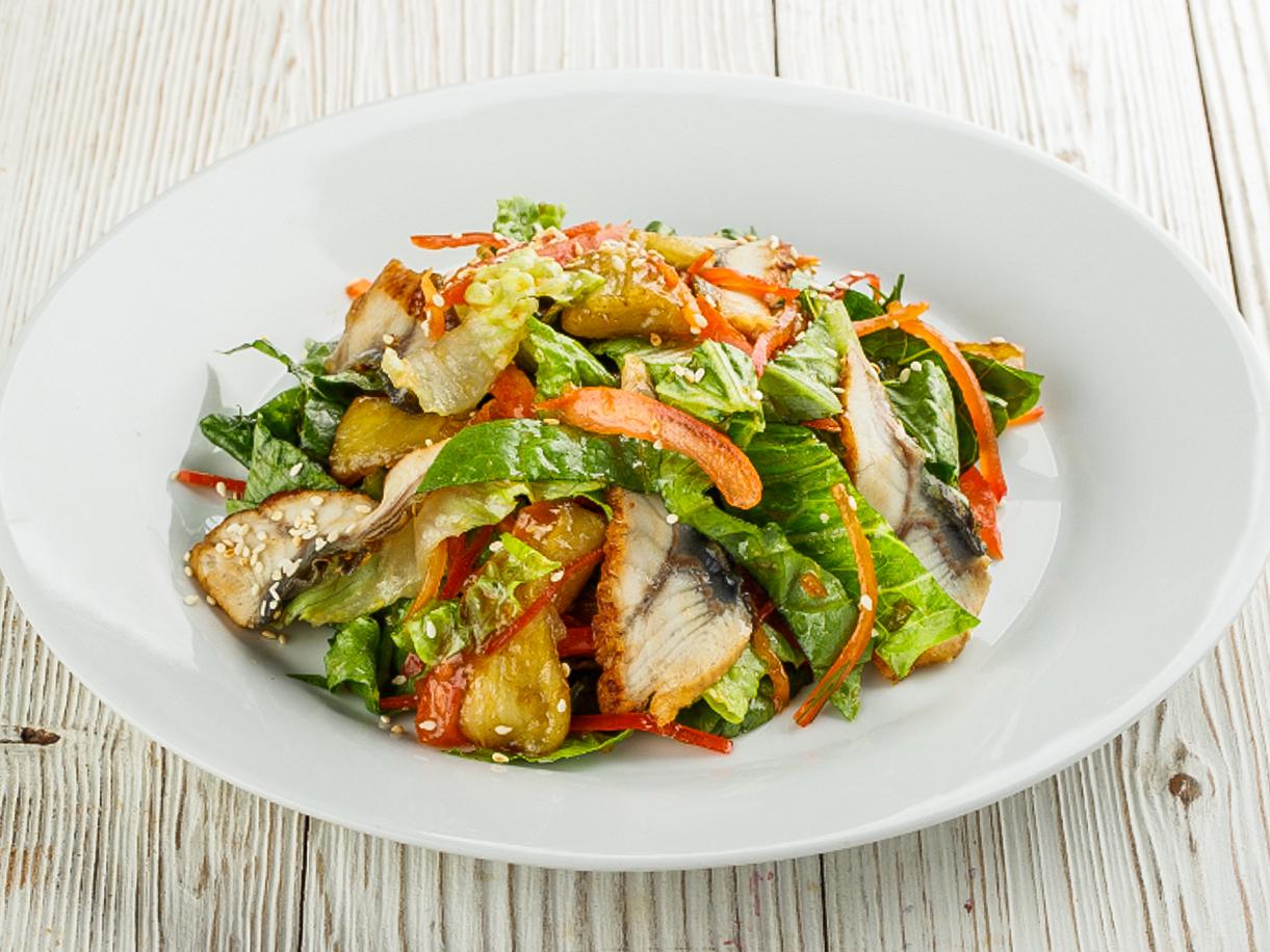 Салат с баклажанами и копченым угрем в соусе терияки