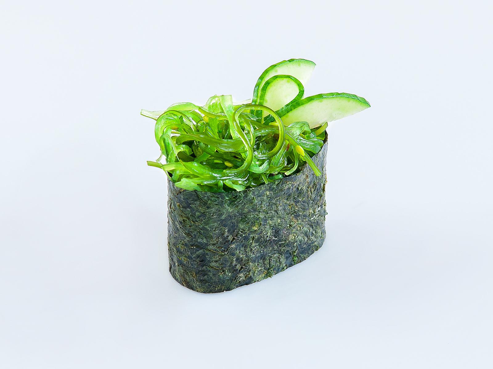 Гункан с салатом Чукка