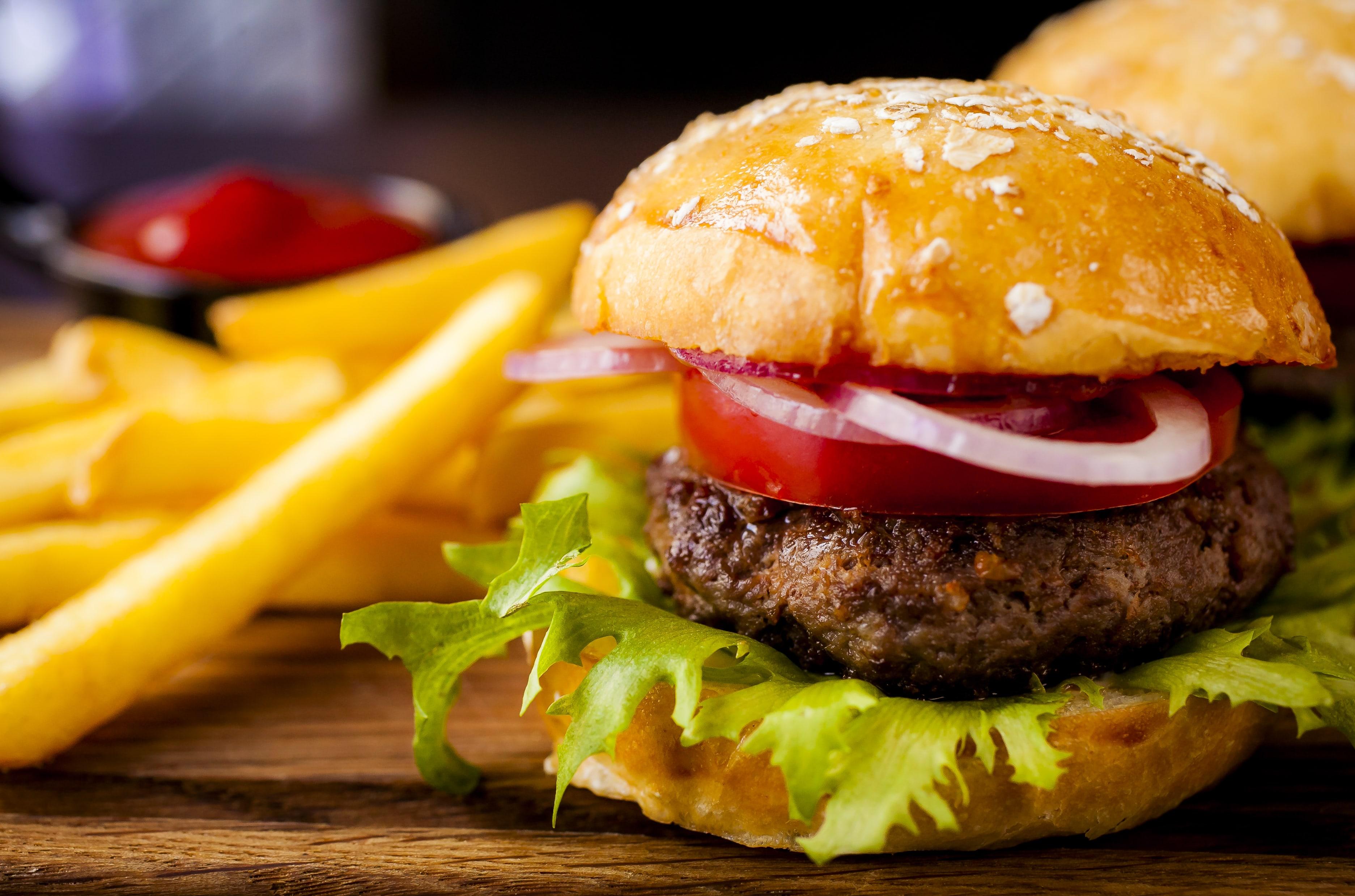 Гамбургер из фермерской говядины с картофелем фри