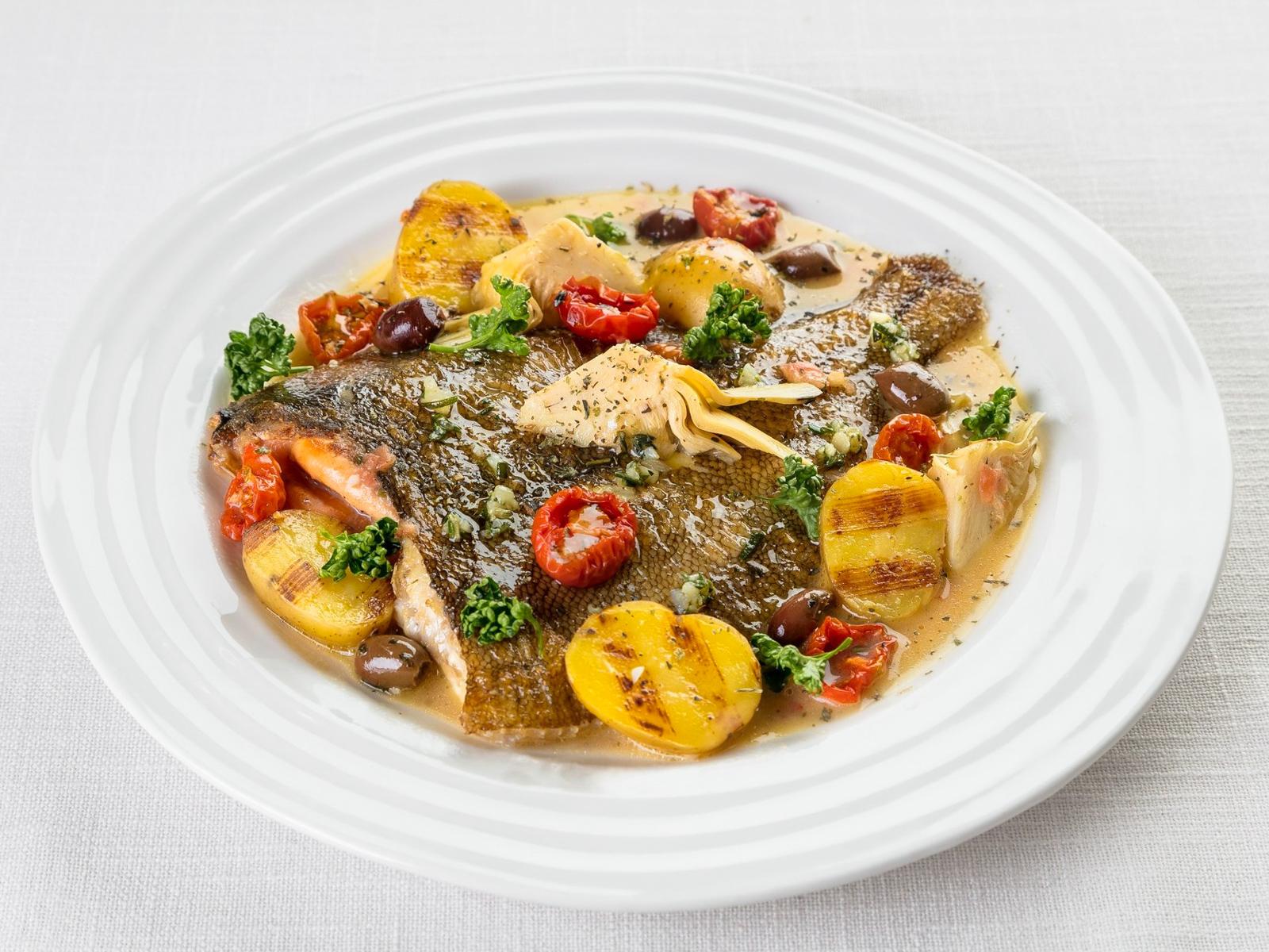 Запеченное черноморское тюрбо с артишоками и овощами