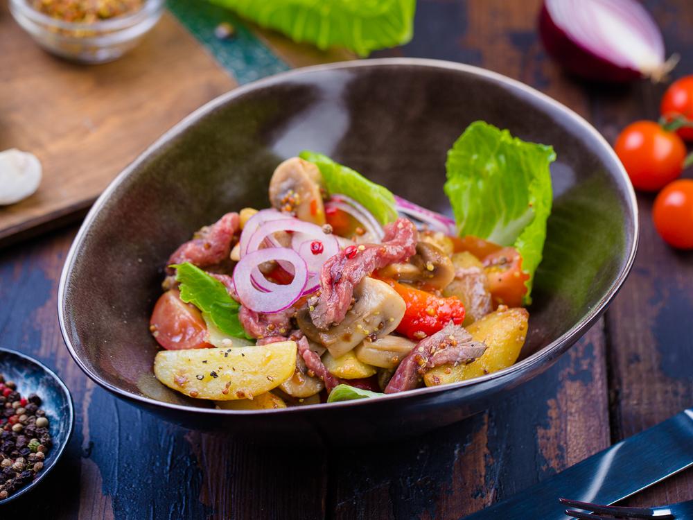 Салат с ростбифом и запеченным картофелем