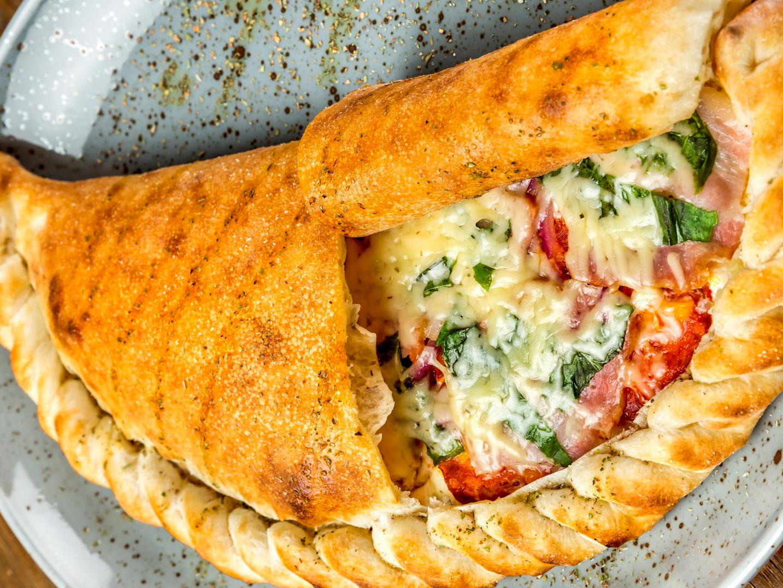 Пицца Кальцоне с беконом, салями и сливочным сыром