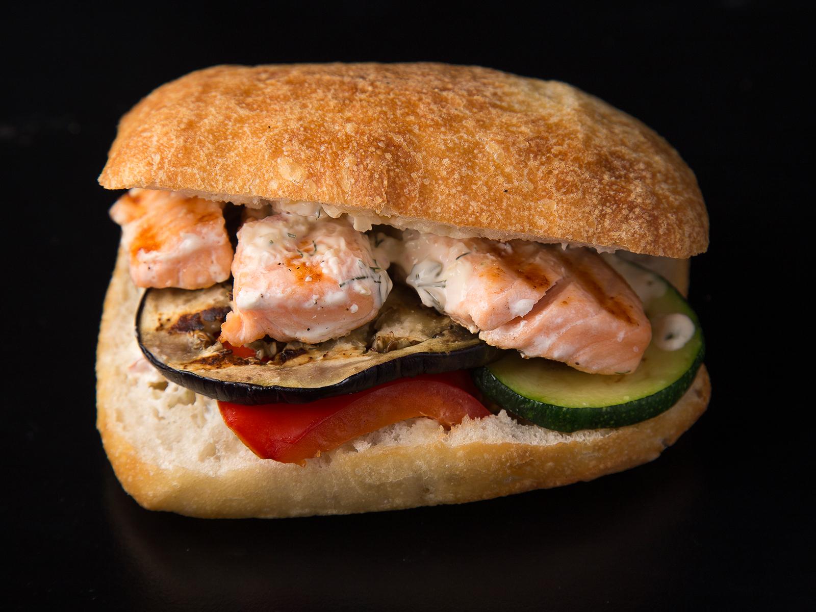 Сэндвич горячий с лососем и овощами