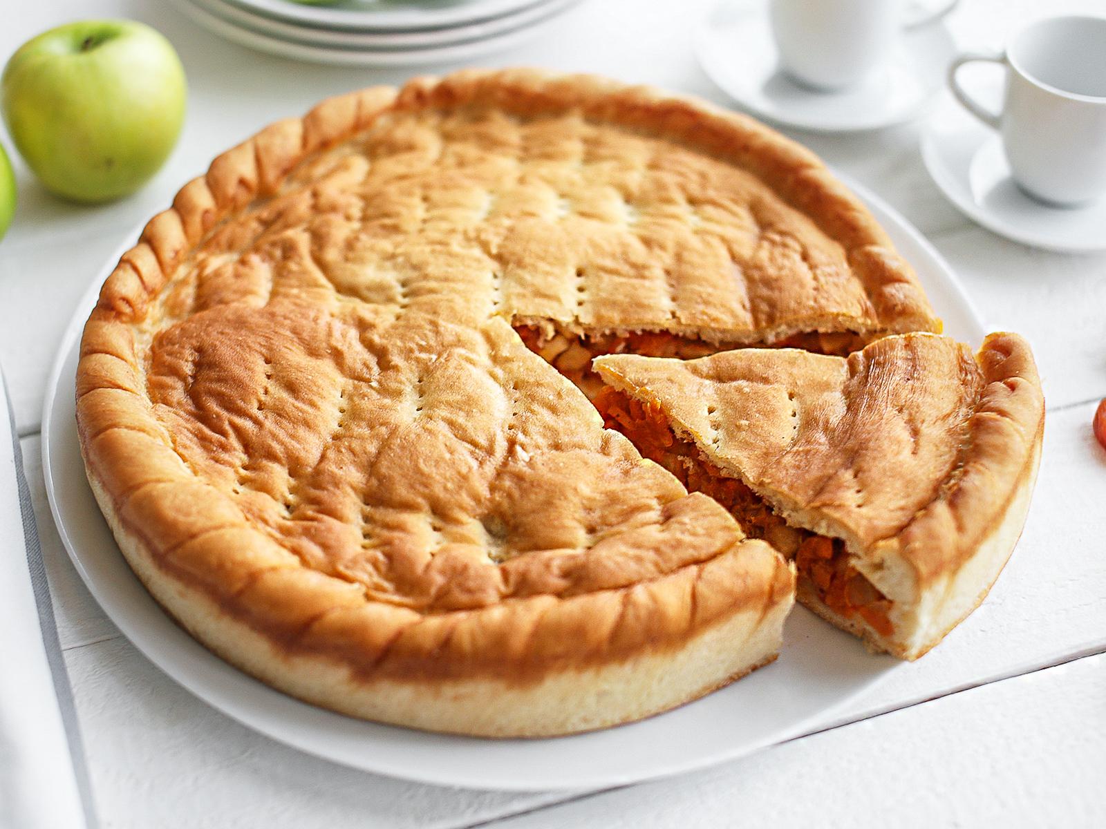 Пирог постный с яблоком и курагой